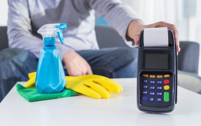 het schoonmaken van een betaalterminal
